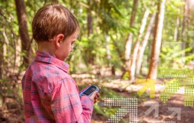 Kind ist mit GPS-Gerät am Geocachen