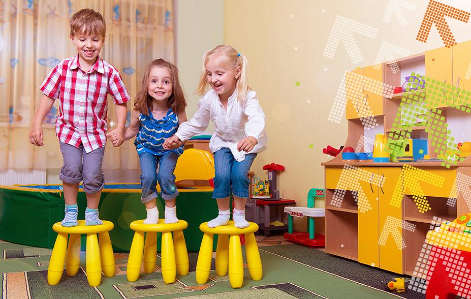 Kinder Springen vom Hocker auf den Boden