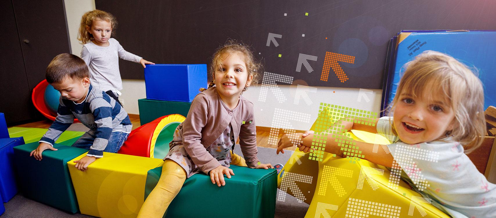 Kinder spielen mit farbigen Würfeln