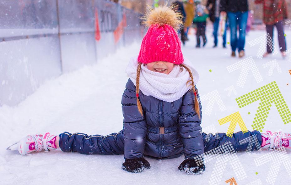 Mädchen im Seitspagat auf dem Eisfeld