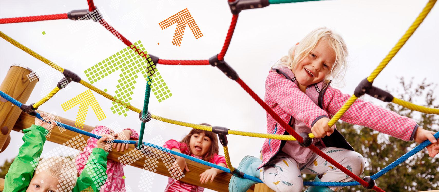 Kinder klettern auf einem Klettergerüst