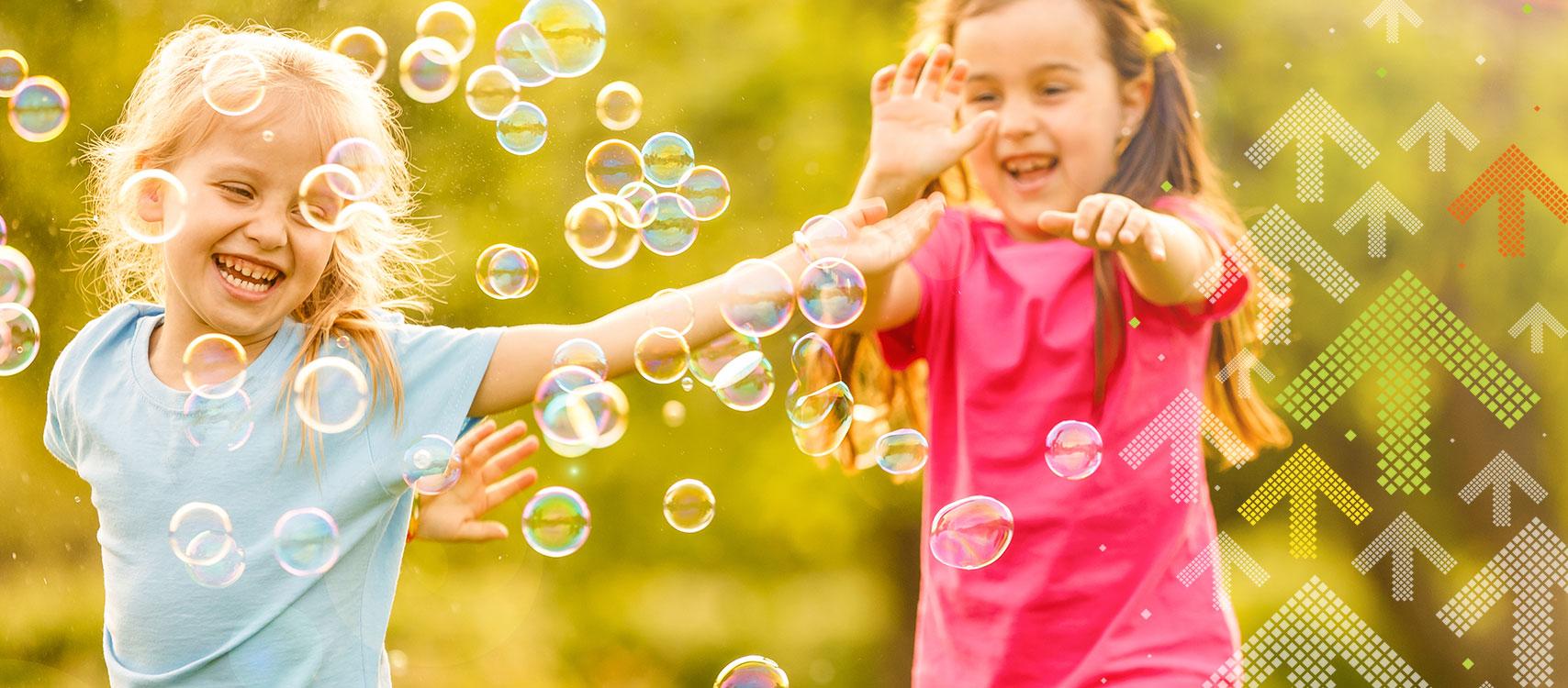 Kinder fangen Seifenblasen