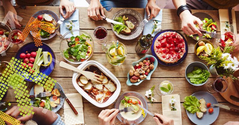 Tisch mit unterschiedlichem Essen darauf.