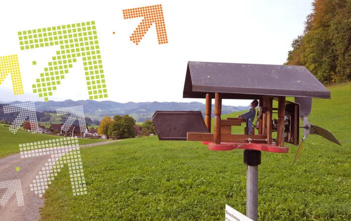 Windrad mit Holzfigur, die sich bewegt. Themenweg für Kinder