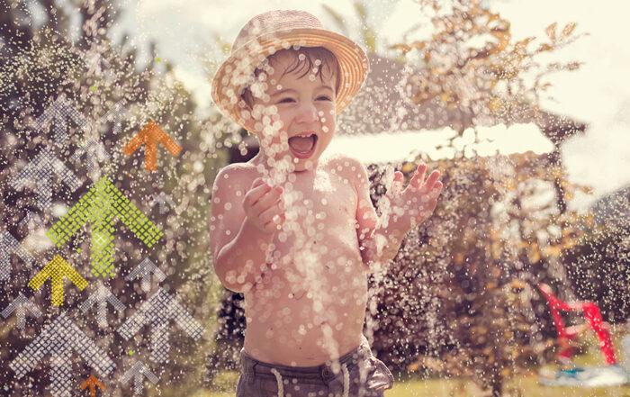Sommerferien Junge Wasserspiel