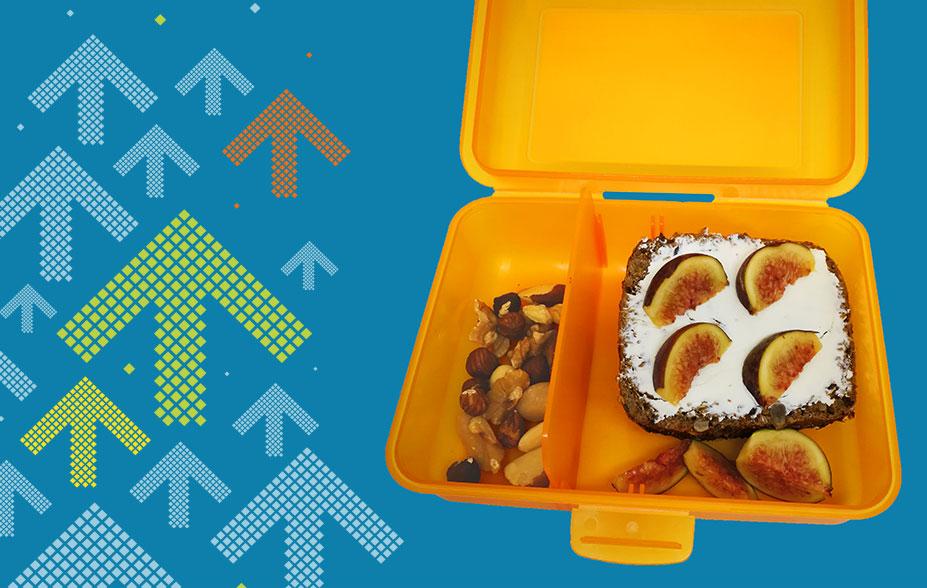 Zeigt eine Znüni-Idee: Vollkornbrot mit Hüttenkäse, Feigen und Nüssen
