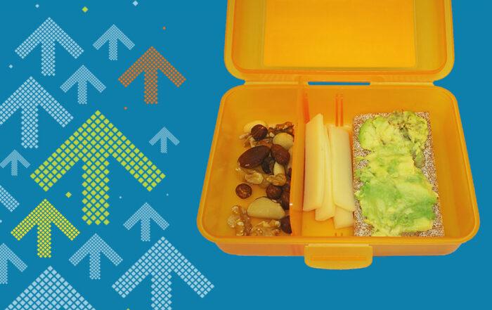 Zeigt einen Znüni-Idee: Knäckebrot mit Avocado, Käse und Nüsse
